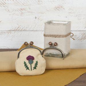 Borsellino ricamato a mano con la lana e dotato di un' originale chiusura a clips giapponese, con eleganti pomelli in legno.